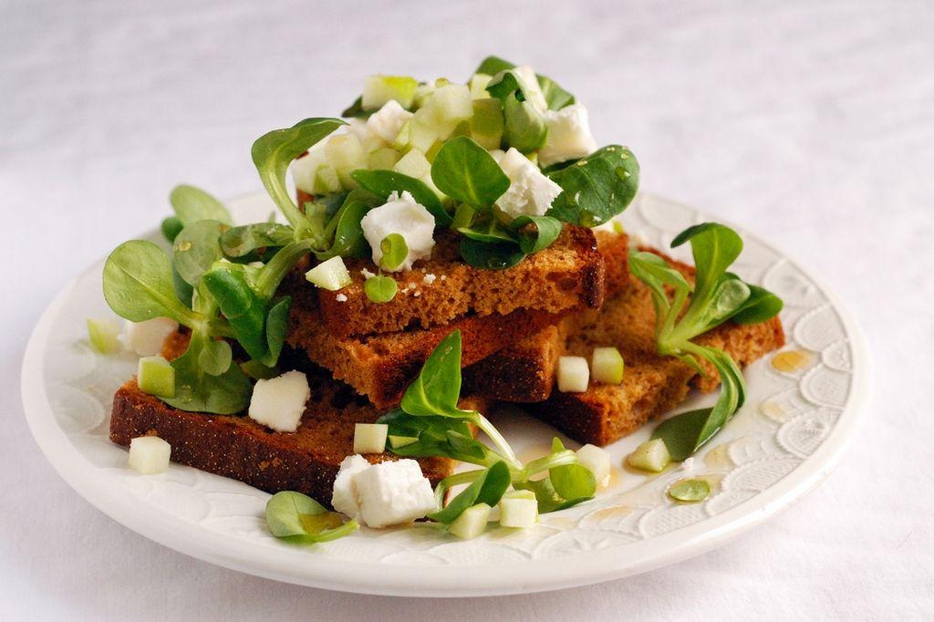 Fűszeres pirítós kecskesajttal, salátával és almával