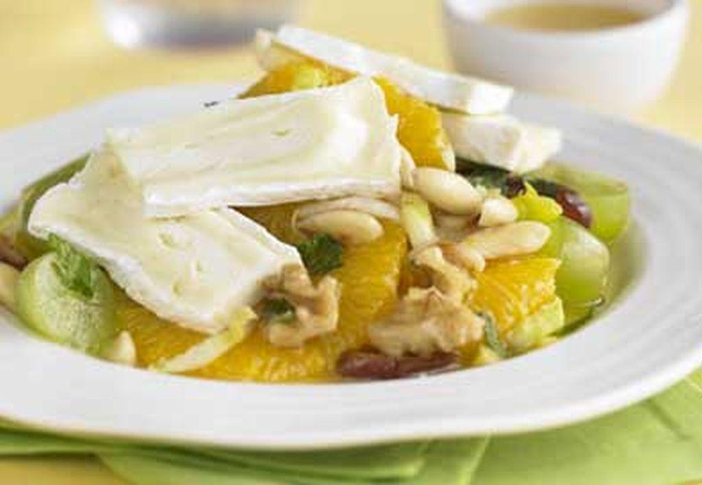 Gyümölcssaláta Camembert sajttal