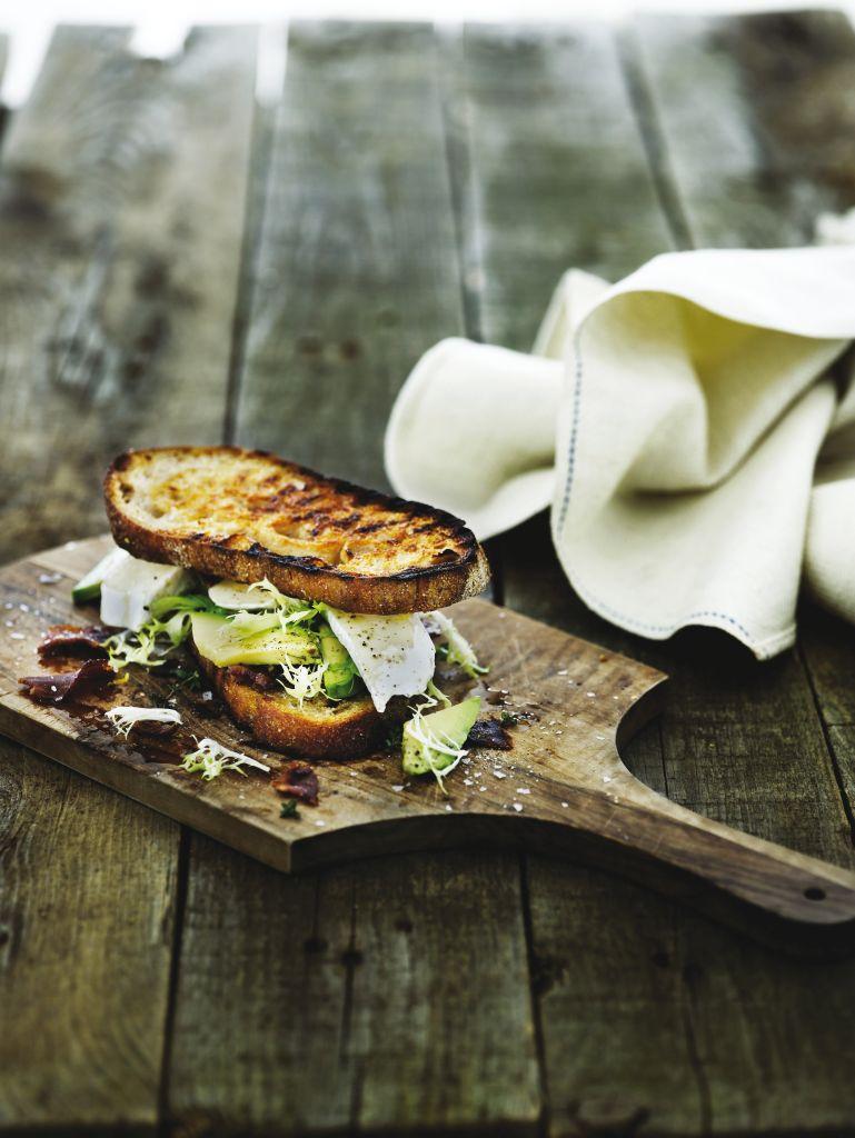 Melegszendvics avokádóval, angolszalonnával és brie sajttal
