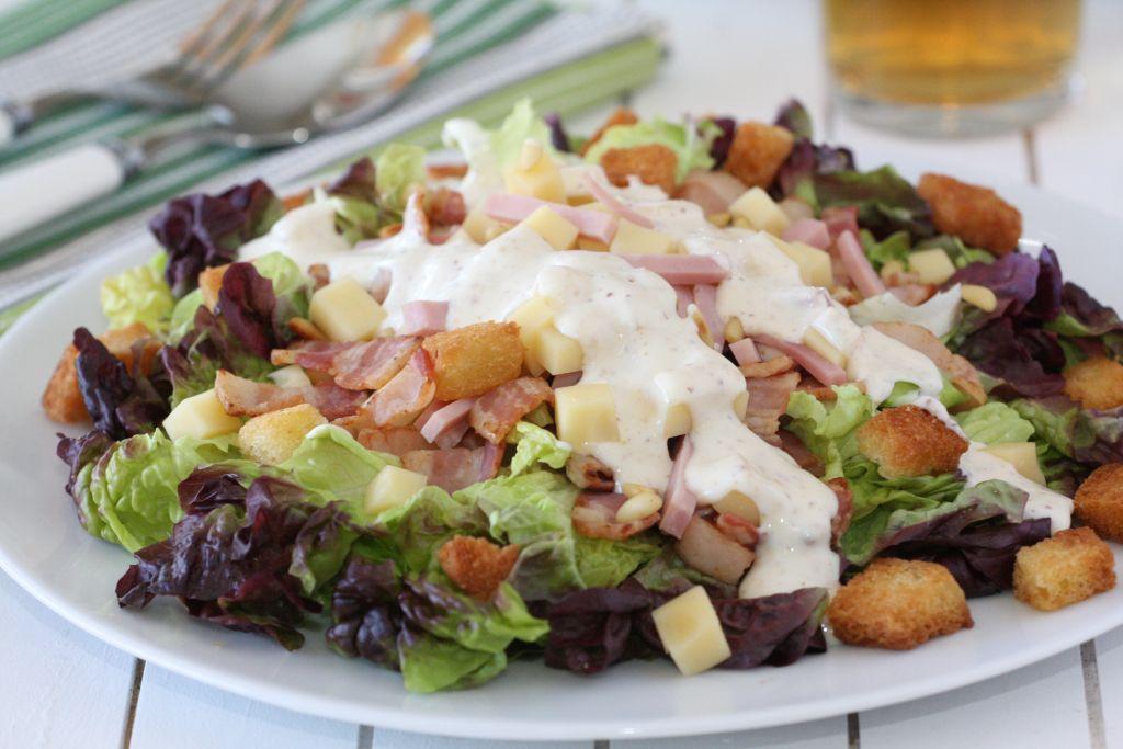 Csirkés saláta ementáli sajttal, zöldségekkel