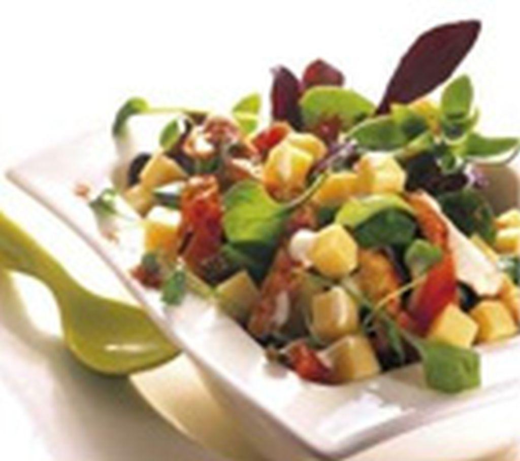 Meleg saláta ementáli sajttal
