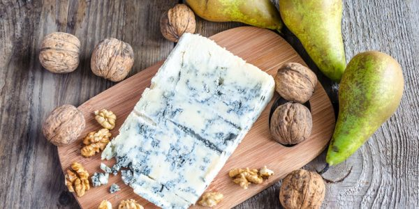 25191221 - gorgonzola with nuts and pears